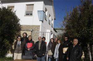 Ciudadanos y políticos han presentado el grupo ante el antiguo edificio de la Escuela 0-3 del Perpetuo Socorro por su carácter simbólico.  (Foto: Pablo Segura)